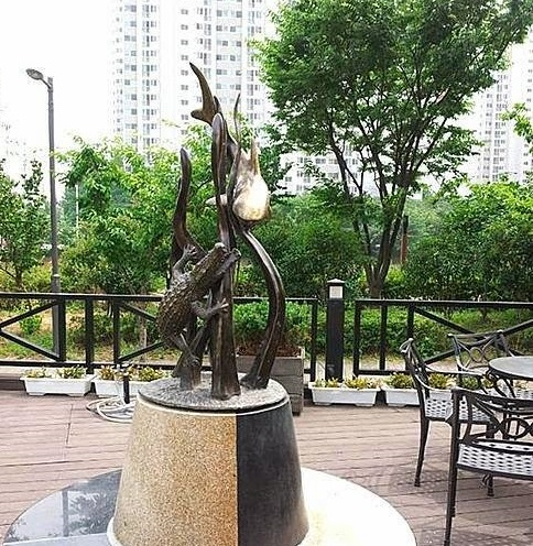 patung hiu dan buaya di korea